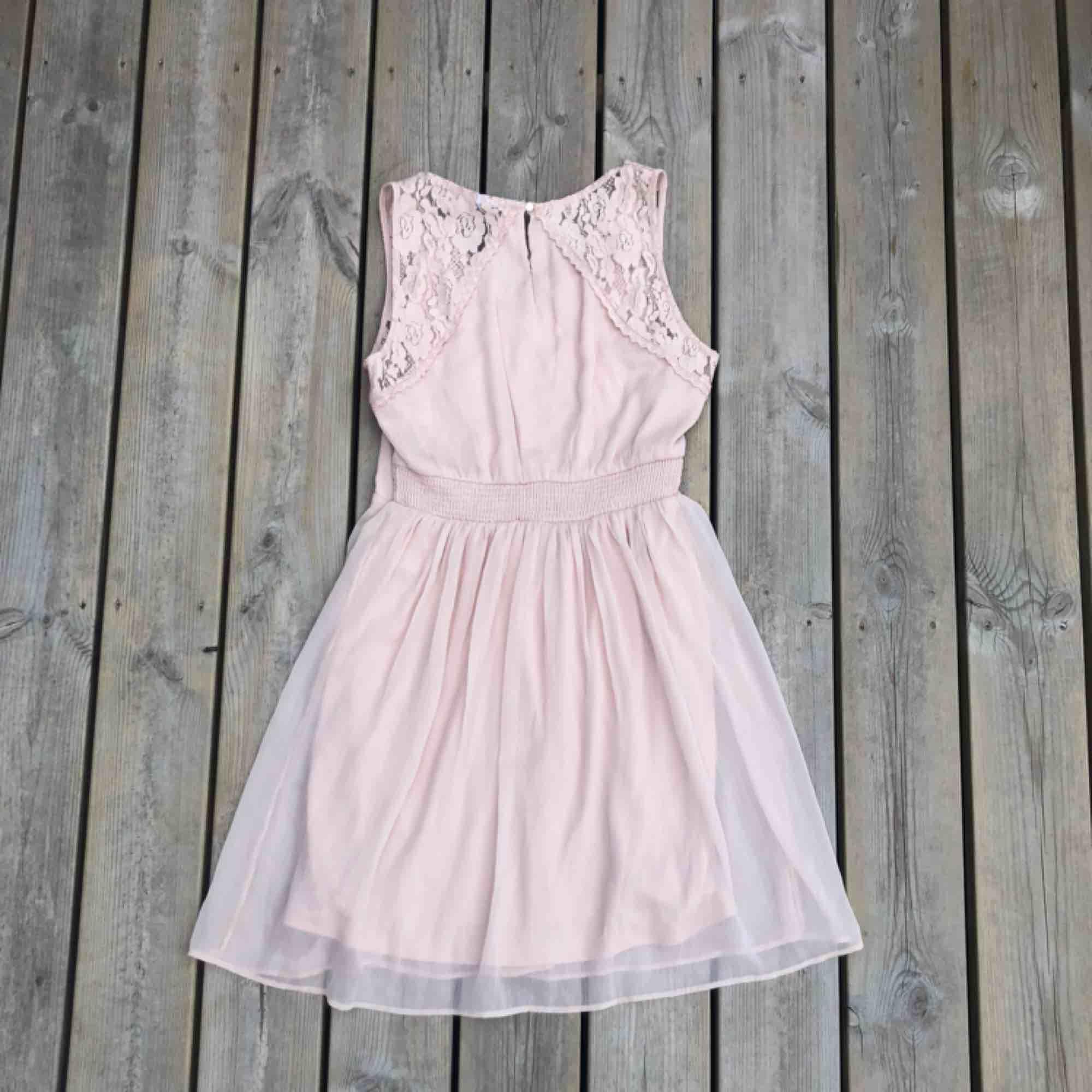 En rosa klänning från Vero Moda i storlek S.   Använd en gång på ett bröllop. . Klänningar.