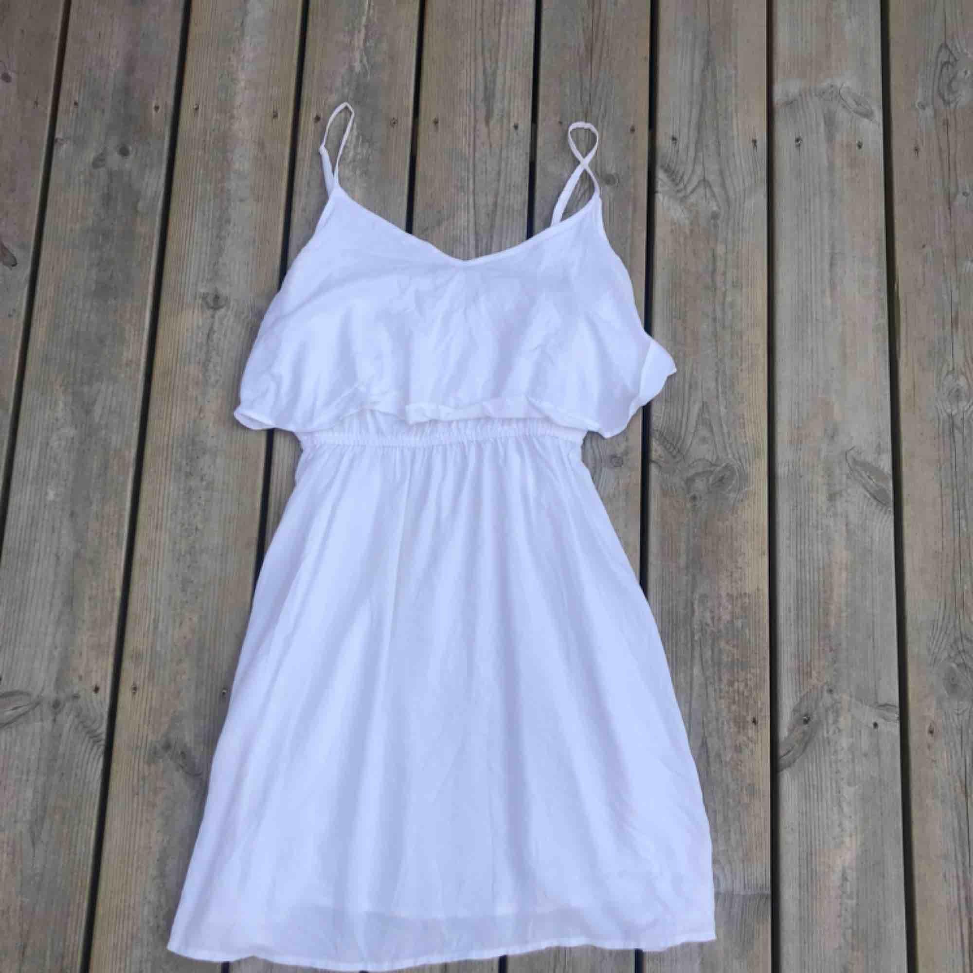 Vit klänning från H&M, storlek 36.. Klänningar.