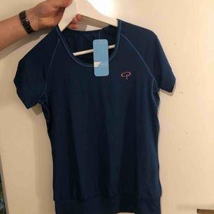 Blå träningströja som är ny med prislapp kvar. Finns två lika dana. Pris kan diskuteras vid köp av båda.