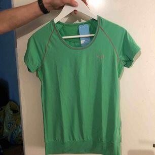 Grön träningströja som är ny med prislapp kvar