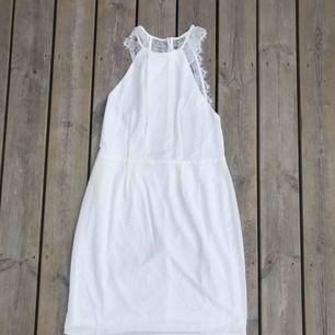 En fin vit klänning från Nelly, storlek 40.   Aldrig använd då den skulle varit min student klänning men köpte en ny.