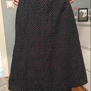 Lite längre svart prickig kjol! Jättefin men tyvärr för liten för mig..!