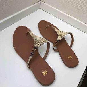 Säljer ett par superfina sandaler i ormmönster från HM i storlek 40. Jättefint skick endast använda 1 gång.