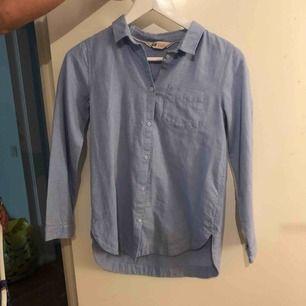 Ljusblå skjorta som aldrig använts.