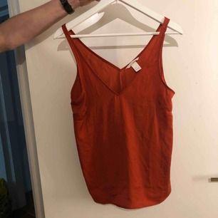 Rött linne som aldrig använts