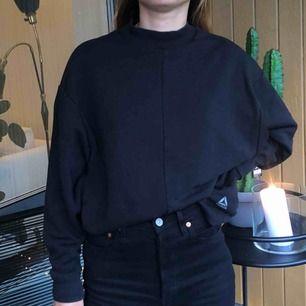 tröja från reebok, köpt på zalando den är hög i halsen, egentligen för träning tror jag men funkar fint som vanlig sweatshirt