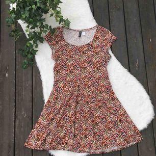 Superfin och skön klänning från H&M. Formar verkligen kroppen jättesnyggt. Storlek 38. Använd ett fåtal gånger.  Köparen står för frakten, kan eventuellt mötas upp i Vimmerby