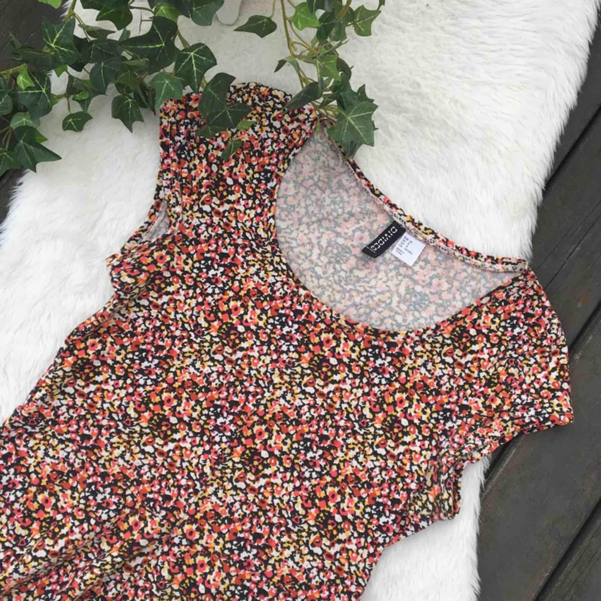 Superfin och skön klänning från H&M. Formar verkligen kroppen jättesnyggt. Storlek 38. Använd ett fåtal gånger. Frakt ingår i priset.. Klänningar.