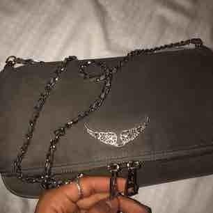 #zadigvoltaire väska 😉😉😉 grå mocka med silverdetaljer. Fint skick fortfarande 💕 endast det korta bandet kommer med, dustbag medföljer!!!! Kan skicka fler bilder om det önskas