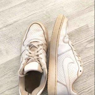 Nike skor, behövs att tvätta annars är dom i fint skick. Inga hål eller defekter. Kan mötas i västervik eller fraktas 💜