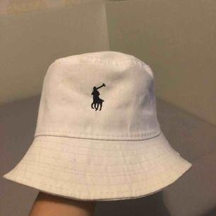 En nästan helt ny trendig Ralph Lauren buckethat! Säljs för 399kr och frakten är inkluderad, om många är intresserade så kan det möjligtvis vara ett högsta bud som får köpa. Fråga mig om ni undrar någonting :)