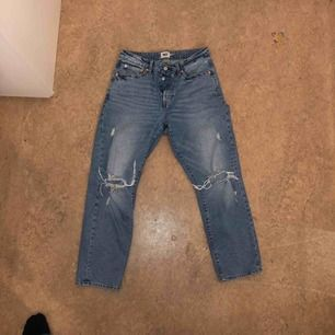 Mom jeans från lager 157 med hål på knäna