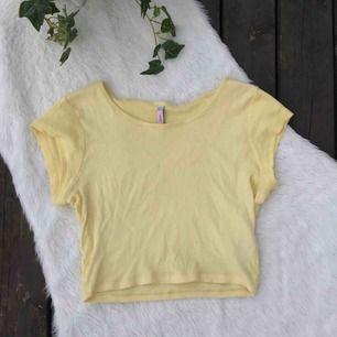 Croppad gul t-shirt i jätteskönt material. Storlek S. Använd ett fåtal gånger.  Köparen står för frakten, kan eventuellt mötas upp i Vimmerby
