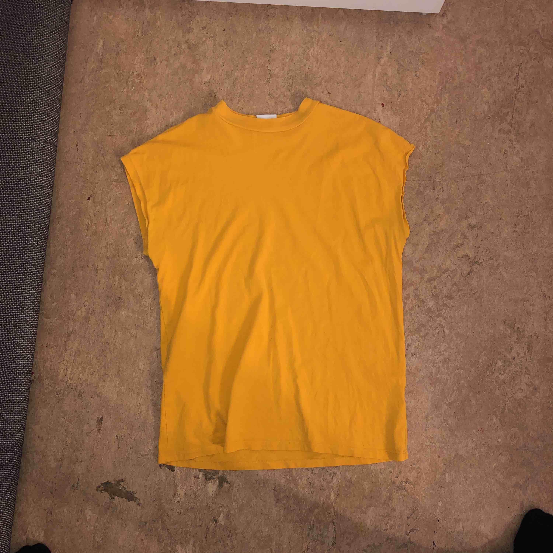 Senaps gul t-shirt från weekday. Skjortor.