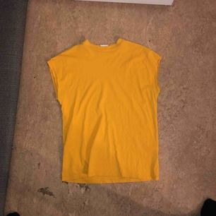 Senaps gul t-shirt från weekday