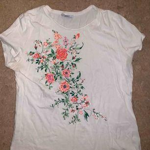 Blommig t-shirt från only