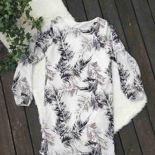 Enkel fin klänning i storlek 36. Aldrig använd.   Köparen står för frakten, kan eventuellt mötas upp i Vimmerby
