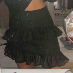 Jätte fin svart volang kjol. Aldrig använd Det är stl XS men den är mer som en S Ny pris 399:-   Frakt tillkommer  Pris kan diskuteras! Frakt 59kr