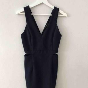 Fin marinblå festklänning med öppningar på sidorna. Säljer eftersom jag tycker den är lite för lång för mig, jag är 160cm. Frakt tillkommer