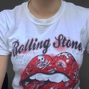 Sketcool Rolling stones tisha, köpt på bengans i göteborg och aldrig använd. fett snygg till typ ett par jeans eller vad som helst egentligen.  Möter upp i göteborg eller så står köparen för frakt. Puss<33