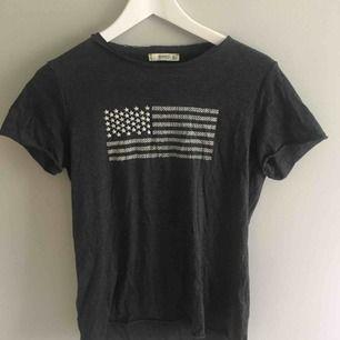 T-shirt från Mango strl S. Frakt tillkommer på 40kr
