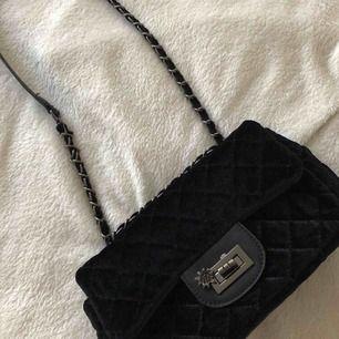 Superfin väska i sammet, aldrig använd. Kan mötas i västervik eller fraktas 💜
