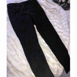 Helt nya svarta enkla kostymbyxor som aldrig kommit till användning. Kan mötas i västervik eller fraktas 💜
