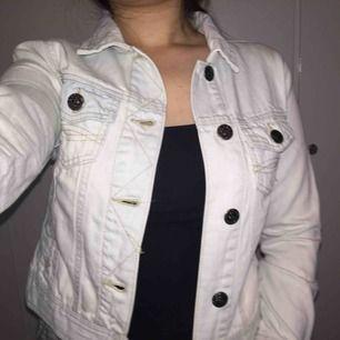 Denimjacka från Denim C.O. Använd en gång, som ny! Jackan är vit med nyanser av blått. Fin detalj på knapparna och två små fickor på brösten.