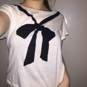 T-shirt från Monki, använd två gånger. Som ny! Storlek M, men passar S också. Sitter snyggt på och skönt material.