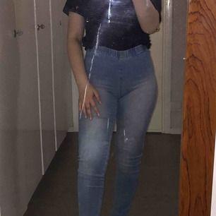 Otroligt sköna jeans! Minns inte vart de är köpta. Högmidjade, ljusblå. 100 kr inklusive frakten!