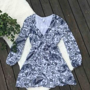 Jättevacker klänning från Nelly i storlek 36. Använd ett fåtal gånger.  Köparen står för frakten, kan eventuellt mötas upp i Vimmerby.