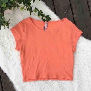 Superskön t-shirt i fin färg. Storlek S. Knappt använd.  Köparen står för frakten, kan eventuellt mötas upp i Vimmerby.