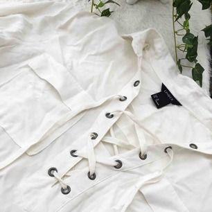 Snygg topp/skjorta i skönt svalt material. Storlek xs men passar även s. Den är ej struken när den skickas.   Köparen står för frakten, kan eventuellt mötas upp i Vimmerby.