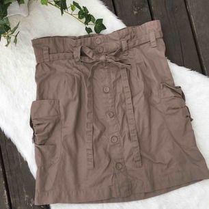 Jättefin kjol i paperbag modell. Storlek 36. Aldrig använd då den är för liten för mig.  Köparen står för frakten, kan eventuellt mötas upp i Vimmerby.