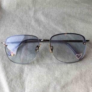 Jätteballa blåa 90's solglasögon med stenar. Frakt tillkommer på 40kr💗💗💗OBS. De finns kvar tills det står på annonsen att de är sålda!!