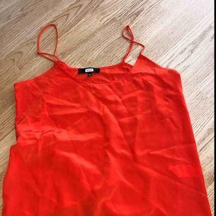 Jättefint oanvänt rött linne ifrån BikBok