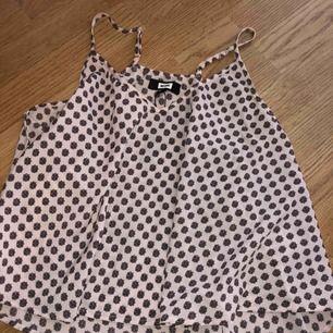 Fint oanvänt mönstrat linne från BikBok