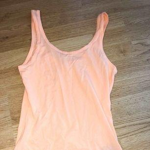 Oanvänt linne i persikafärg ifrån HM.