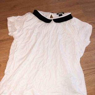 VitT-shirt med detalj i halsen ifrån HM använt 1 gång.