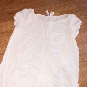 Vit T-shirt ifrån HM med ficka på bröstet