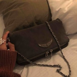 #zadigvoltaire väska 😉😉😉 grå mocka med silverdetaljer. Fint skick, inga slitningar, utom att zv-märket har tappat liite färg runt kanterna, men det är absolut inget man tänker på💕 endast det korta bandet kommer med, dustbag medföljer!!!!