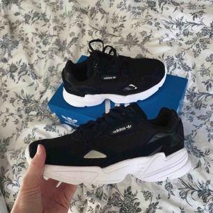 Jätte fina adidas skor. Väldigt bra skick. Bilden är på skorna nyköpta, men dom ser nyköpta ut i verkligheten också.