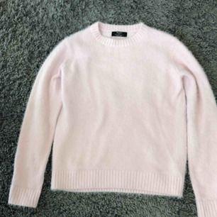 Denhär rosa tröjan från Bershka är super mysig, mjuk och skitsnygg. Den är i storlek XS.  Orginalpris: 299kr Säljs för: 70kr