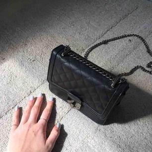 Jätte fin handväska köpt i en butik i Amsterdam. Jätte fint skick, frakt 60kr😊