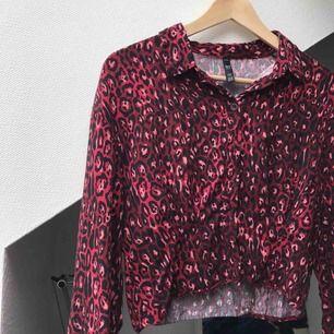 Säljer en superfin skjorta köpt från Zara i storlek S! Använd ett par gången men plagget är i väldigt fint skick💕💕 Sitter jättesnyggt runt midjan och magen. Nypris 499kr!!!