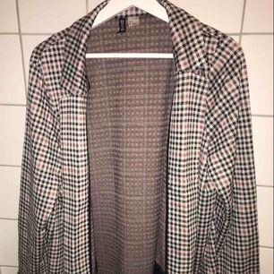 Lång kavaj från H&M använd ca 3 gånger. Bra skick & fint mönster. Passar storlek M-L. Säljer för att jag inte har användning av den. Köparen står för frakt.