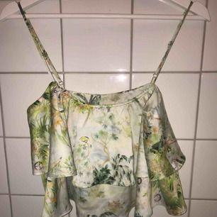 Supersommrigt linne ifrån Bikbok i storlek S. Aldrig använt. Köparen står för frakt. Går att få bättre bild.