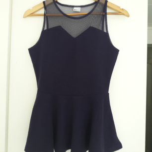 Lila peplum tröja från Gina tricot. Bara använt den en gång. Mesh på fram och baksida. Köparen betalar frakt (+40 kr)