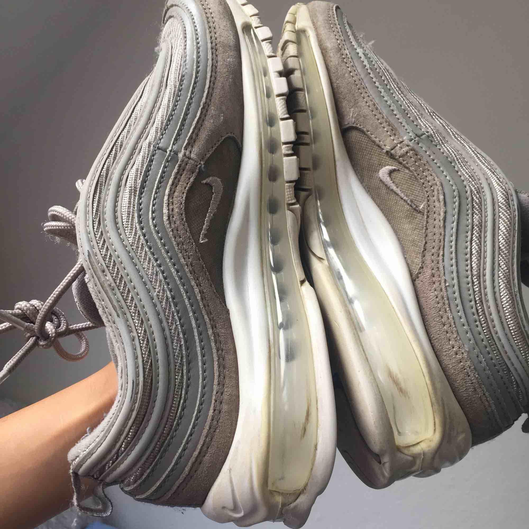 Säljer ett par Nike Air Max 97 🤩 Väl använda men har mer att ge 💪🏽 Pris är diskuterbart vid snabb affär!. Skor.