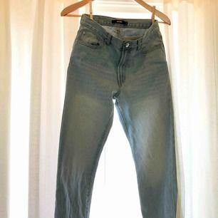 Säljer dessa bikbok-mom-jeans då det blivit för små. De är i mycket bra skick och det är bara att skicka ett sms om mått på längder och bredd om det önskas!